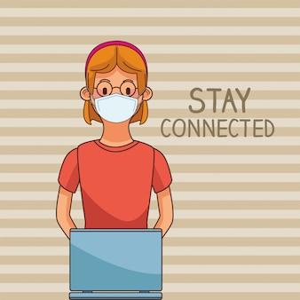 Kobieta noszenie maski medyczne i laptopa na pozostanie w kontakcie