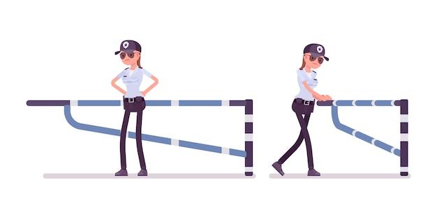 Kobieta ochroniarz przy mechanicznej barierze