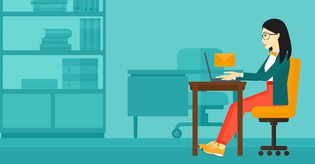 Kobieta odbiera e-mail.