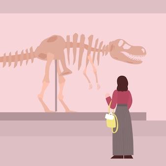 Kobieta odwiedzająca wystawę muzeum archeologicznego płaskie kreskówka wektor ilustracja