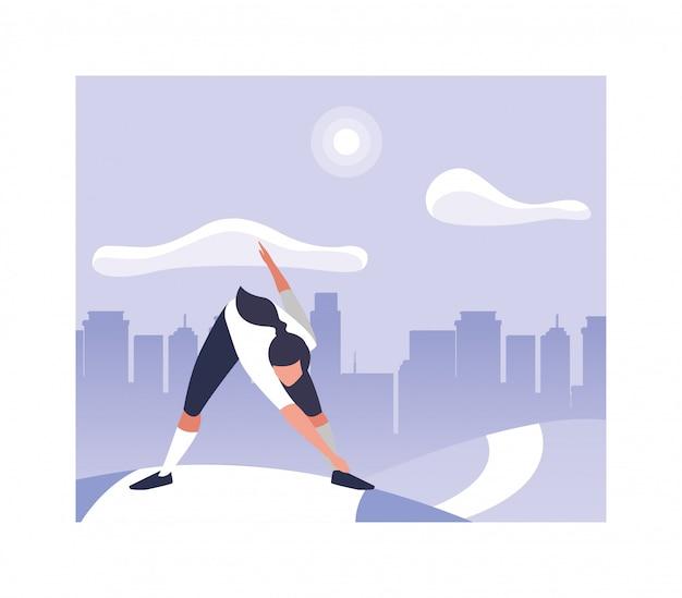 Kobieta outdoors ćwiczy joga w parku w mieście