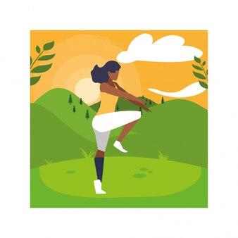 Kobieta outdoors ćwiczy joga z krajobrazem