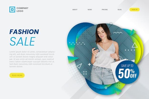 Kobieta patrzeje telefon mody sprzedaży lądowania stronę