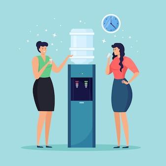 Kobieta pić napój. biurowy dystrybutor wody, plastikowa chłodnica z dużą pełną butelką na białym tle na niebieskim tle. przerwa w pracy