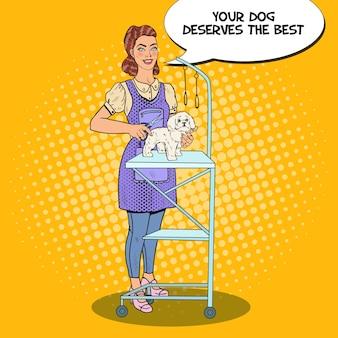 Kobieta pielęgnuje psa nożyczkami