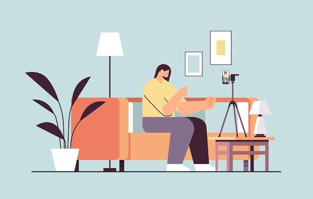 Kobieta podcaster bloger nagrywanie blog wideo podcast nadawanie transmisja na żywo koncepcja blogów pełna długość pozioma