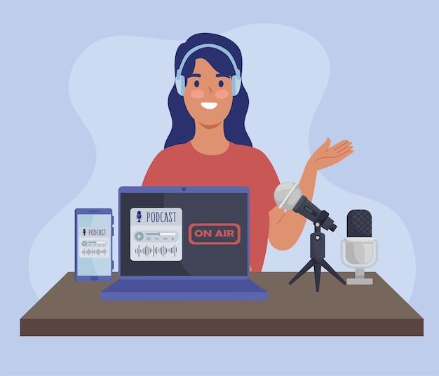 Kobieta podcaster w miejscu pracy