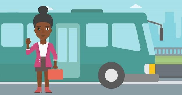Kobieta podróżuje autobusową wektorową ilustracją.