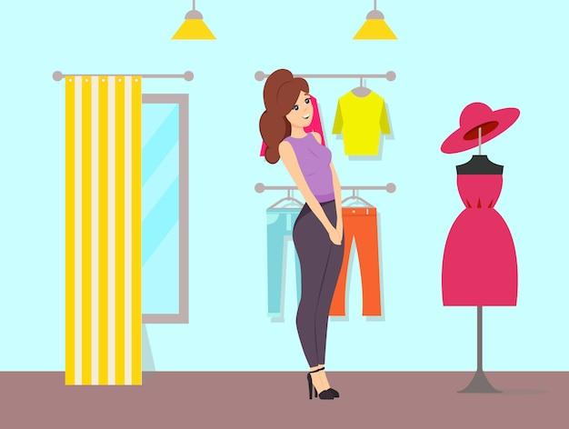 Kobieta, podziwiając sukienkę i kapelusz na manekinie
