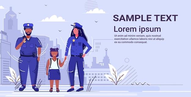 Kobieta policjant trzymający rękę mały afroamerykanin dziewczyna policjant w mundurze za pomocą walkie-talkie organ bezpieczeństwa sprawiedliwości prawo usługi koncepcja kopia przestrzeń
