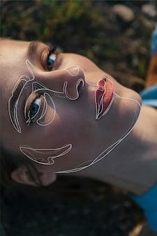 Kobieta pozuje z liniami na twarzy