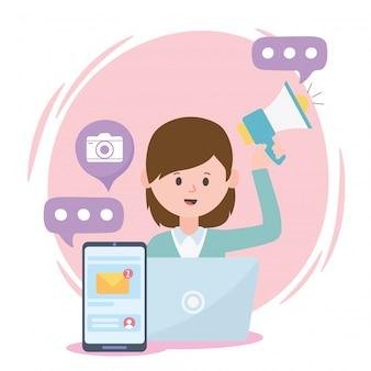 Kobieta pracująca głośnik laptopa i sieć społecznościowa smartphone