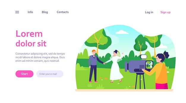 Kobieta pracująca na weselu. kamerzystka filmuje szablon strony internetowej ze sceną na świeżym powietrzu, właśnie poślubioną parą.