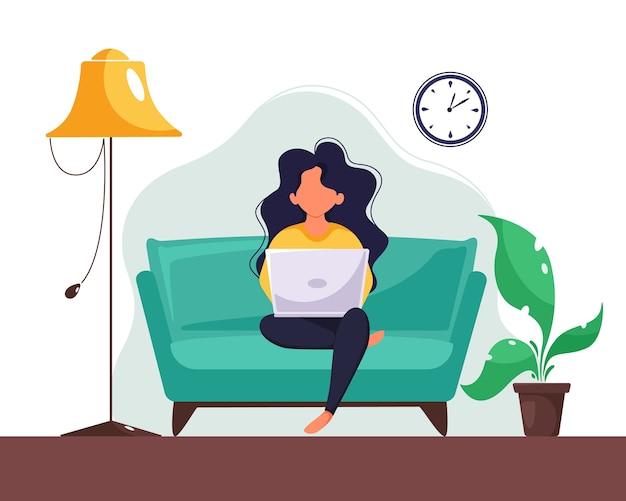 Kobieta pracuje na laptopie w domu. niezależny, studia, koncepcja pracy zdalnej. w stylu płaskiej.