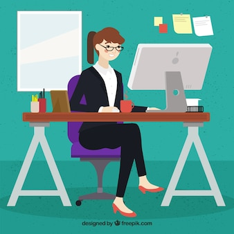 Kobieta pracuje w swoim komputerze