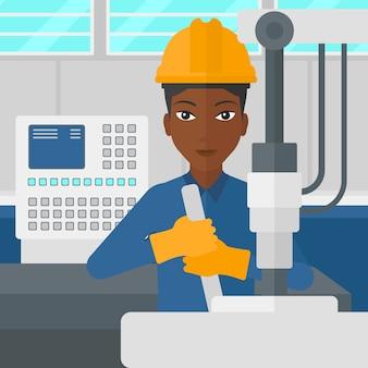 Kobieta pracuje z przemysłowym wyposażeniem.