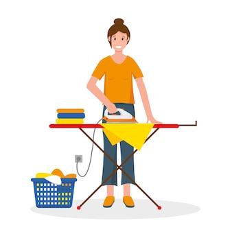 Kobieta prasowanie odzieży na desce do prasowania. gospodyni w domu.