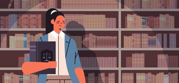 Kobieta prawnik trzyma książkę sędziego porady prawne porady koncepcja sprawiedliwości portret poziomy wektor ilustracja