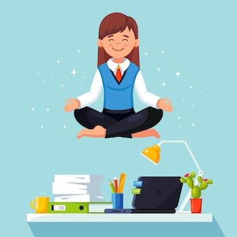 Kobieta robi joga w miejscu pracy w biurze. pracownik siedzący w pozycji lotosu padmasana na biurku, medytujący, relaksujący, wyciszający i radzący sobie ze stresem. płaska konstrukcja