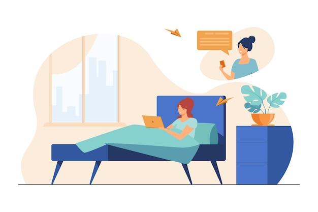 Kobieta rozmawia z koleżanką online w domu. leżąc w łóżku, używając laptopa, płaska ilustracja dnia
