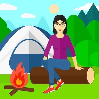 Kobieta siedząca w obozie.