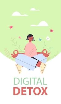Kobieta siedząca w pozycji lotosu cyfrowy detoks działania w trybie offline koncepcja dziewczyna spędzająca czas bez gadżetów