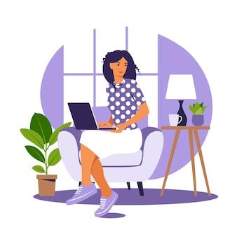 Kobieta siedzi na fotelu z laptopem. praca na komputerze. freelance, koncepcja edukacji online lub mediów społecznościowych. praca z domu, praca zdalna. płaski styl. . niebieskie wnętrze.
