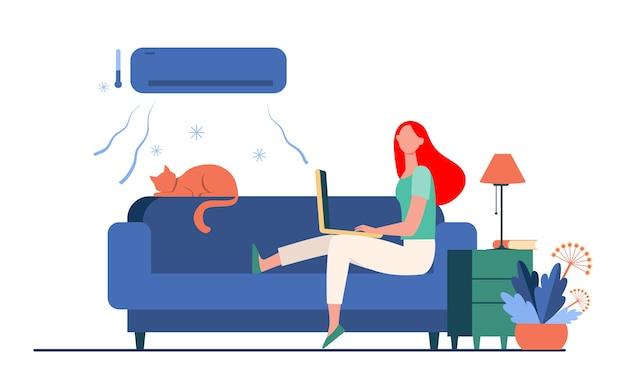 Kobieta siedzi na kanapie z kotem i laptopem pod klimatyzatorem. dziewczyna, chłodzenie, kanapa płaska wektorowa ilustracja. dom i wolny strzelec