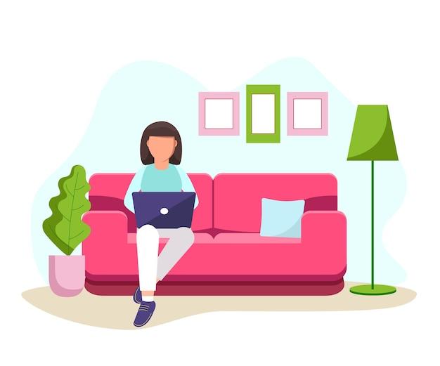 Kobieta siedzi na kanapie z laptopem i pracuje w domu. student lub wolny strzelec
