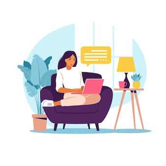 Kobieta siedzi na kanapie z laptopem. praca na komputerze. freelance, edukacja online lub koncepcja mediów społecznościowych. praca w domu, praca zdalna. płaski styl. ilustracja.