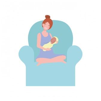 Kobieta siedzi na kanapie z noworodkiem w ramionach
