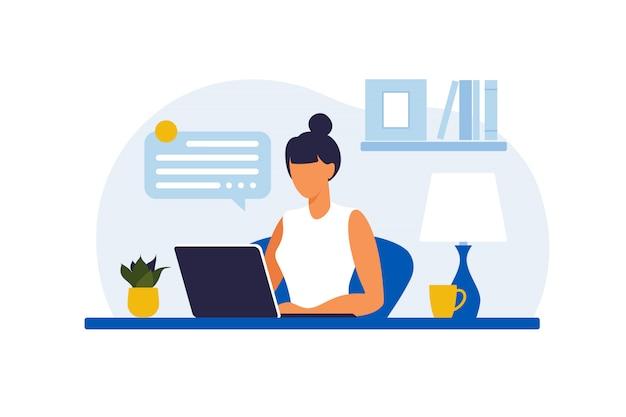 Kobieta siedzi przy stole z laptopem. praca na komputerze. freelance, edukacja online lub koncepcja mediów społecznościowych. praca w domu, praca zdalna. płaski styl. ilustracja.