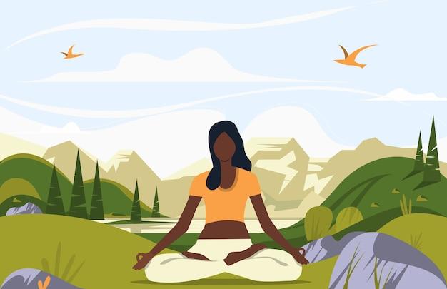 Kobieta siedzi w pozycji lotosu na zewnątrz