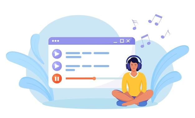 Kobieta słucha muzyki, dźwięku, audio lub radia ze słuchawkami. rozrywka, technologia cyfrowa. odtwarzacz multimedialny. lista odtwarzania muzyki. dziewczyna siedzi, wybiera podcasty, korzysta z playlisty. podcasty online