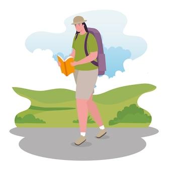 Kobieta spaceru z projektem torby i książki, aktywność na świeżym powietrzu i sezon