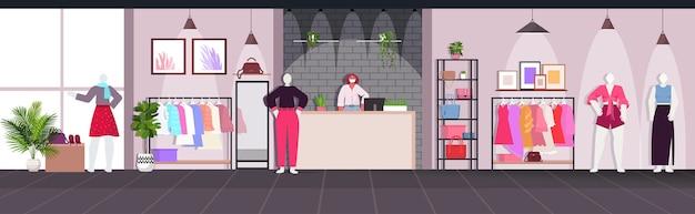 Kobieta sprzedawca w masce stojącej przy kasie koncepcja kwarantanny koronawirusa nowoczesny sklep z modą wektorową poziomą ilustrację wnętrza