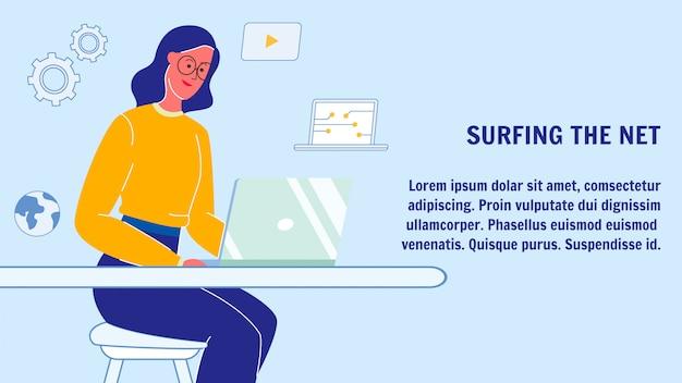 Kobieta surfing netto sieci transparent układ z copyspace