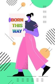 Kobieta trzyma afisz z tęczą urodzona w ten sposób tekst lgbt parada duma festiwal transpłciowa koncepcja miłości pełnej długości pionowej ilustracji wektorowych