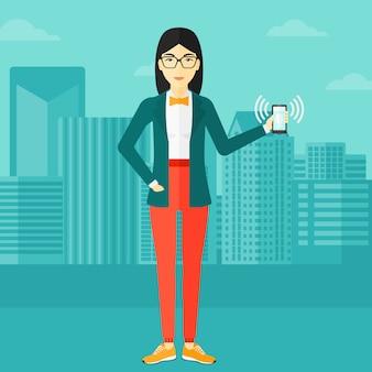 Kobieta trzyma dzwonek telefonu