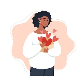 Kobieta trzyma kopertę z sercami na walentynki