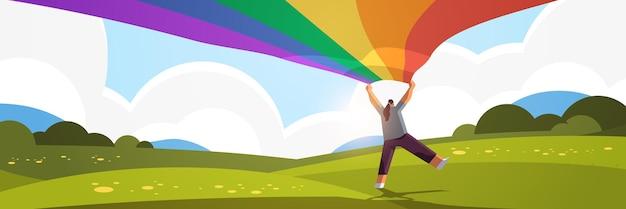 Kobieta trzyma lgbt tęczowa flaga wesoły lesbijka miłość parada duma festiwal transpłciowa koncepcja miłości krajobraz tło poziome pełnej długości ilustracja wektorowa