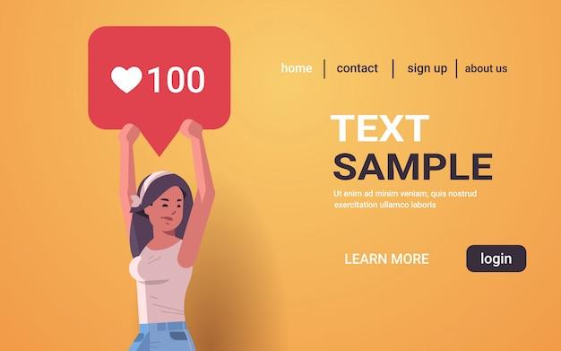 Kobieta trzyma powiadomienie ikona serce symbol podobny blogger podekscytowany aktywność obserwujących na portalach społecznościowych blogowanie koncepcja portret kopia przestrzeń pozioma