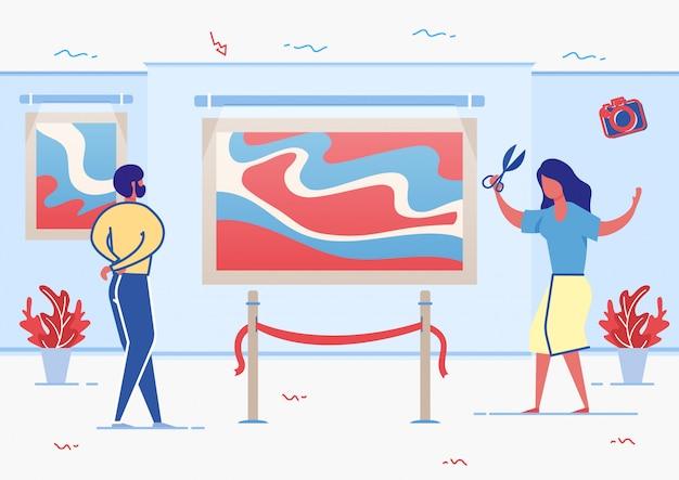 Kobieta trzyma sissors do cięcia wstążki w pobliżu grafiki.