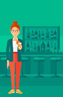 Kobieta trzyma szklankę soku