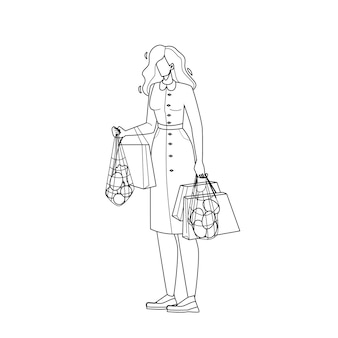Kobieta trzymająca recyklingowe pakiety zakupowe