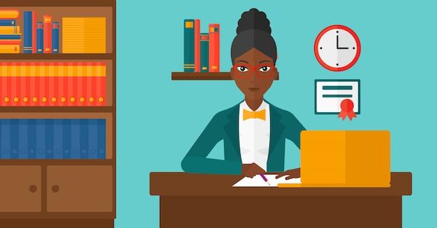 Kobieta używa laptop dla edukaci