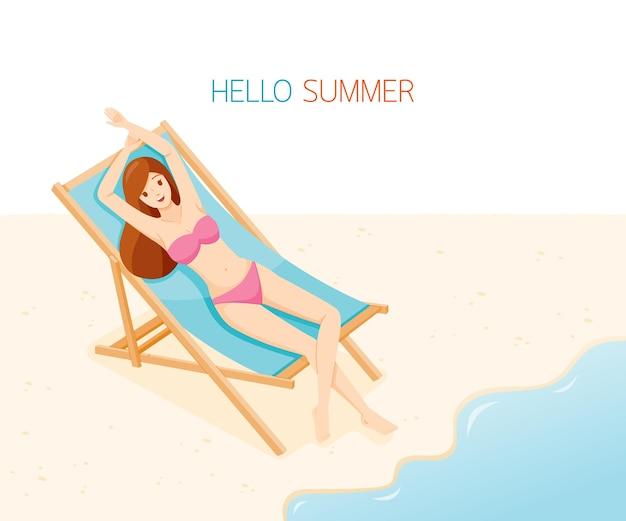 Kobieta w bikini, leżąc na ławce na plaży