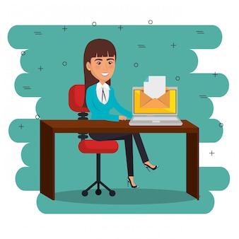 Kobieta w biurze z e-mail ikonami marketingu