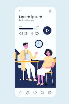 Kobieta w ciąży konsultuje się z lekarzem w swoim biurze.