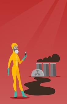 Kobieta w ochronnym kostiumie radiacyjnym z probówką.